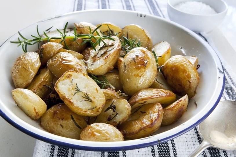 Pieczone z oliwą i rozmarynem są idealnym dodatkiem do dań z grilla /123RF/PICSEL