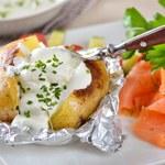 Pieczone ziemniaki w ziołach i z dipem