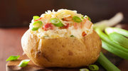 Pieczone ziemniaki z sałatką