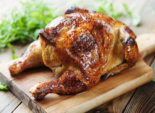 Pieczonego kurczaka podawaj z ziemniaczkami /123RF/PICSEL