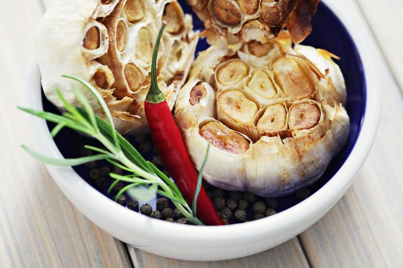 Pieczony czosnek nie jest już ostry. Smakuje lekko słodkawo i idealnie nadaje się na pastę do chleba /123RF/PICSEL