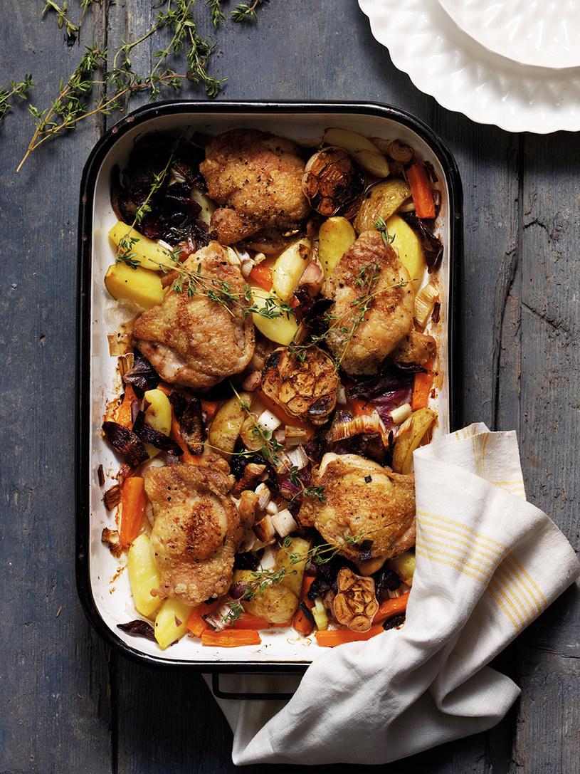 Pieczony kurczak z warzywami korzeniowymi /materiały prasowe