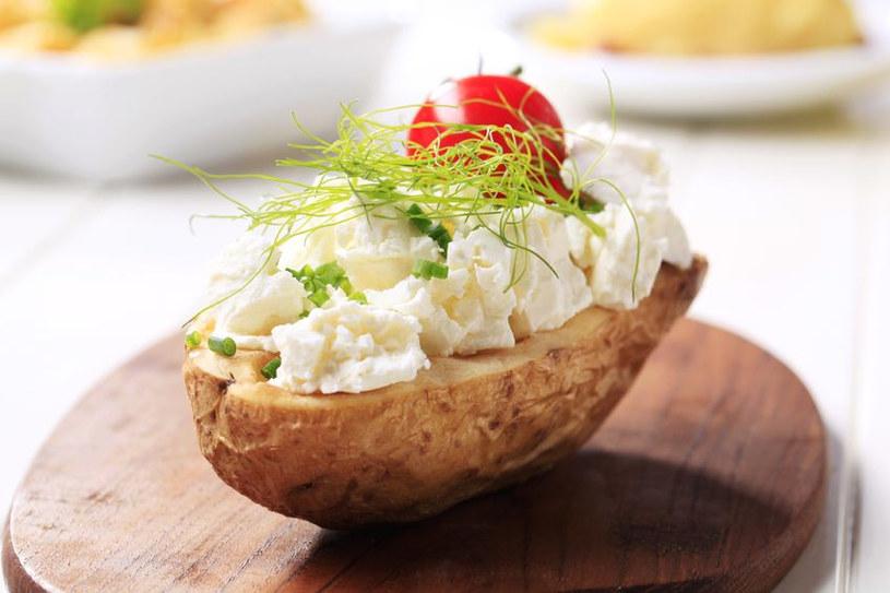 Pieczony ziemniak z twarożkiem czyli popularna pyra z gzikiem /123RF/PICSEL