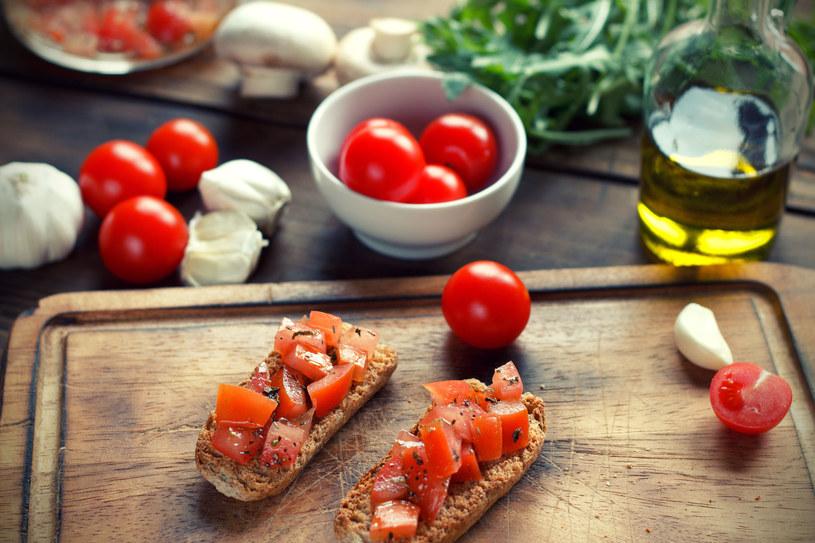 Pieczywo, czosnek, pomidory - śniadanie gotowe! /123RF/PICSEL