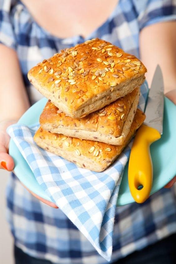 Pieczywo z ziarnami słonecznika jest pyszne i zdrowe /123RF/PICSEL