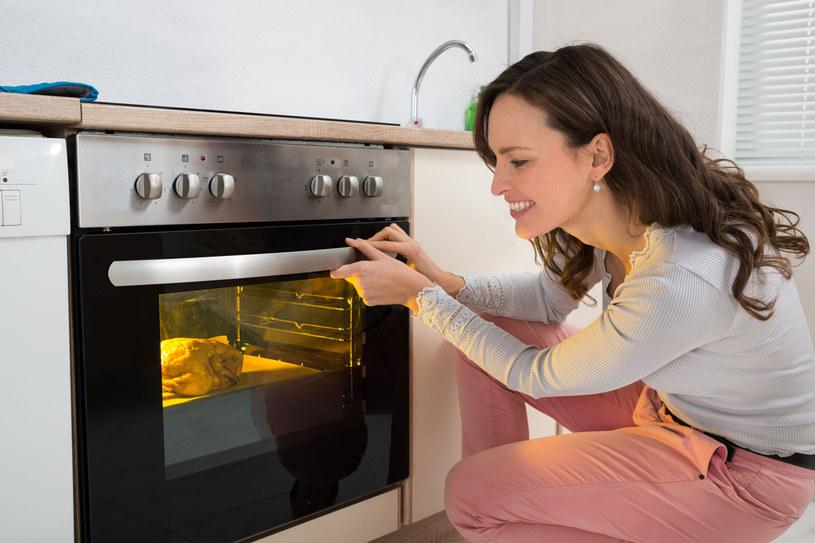 Piekarniki - pożeracze energii. Aby obniżyć koszty, staraj się piec równolegle dwie pasujące do siebie smakiem potrawy /123RF/PICSEL