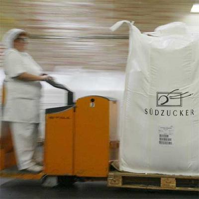 Piekarze i producenci płacą już ponad 3,50 zł za kg cukru, czyli 30-40 proc. więcej niż przed rokiem /AFP