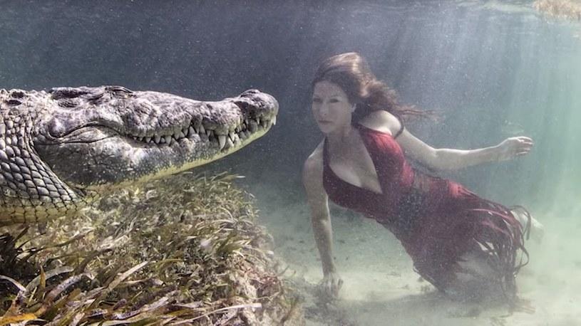 Piękna i przerażająca sesja fotograficzna kilka centymetrów od krokodyla /Geekweek