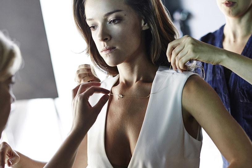 Piękna, kobieca biżuteria, wymaga wyjątkowego tła w postaci zadbanego ciała /&nbsp