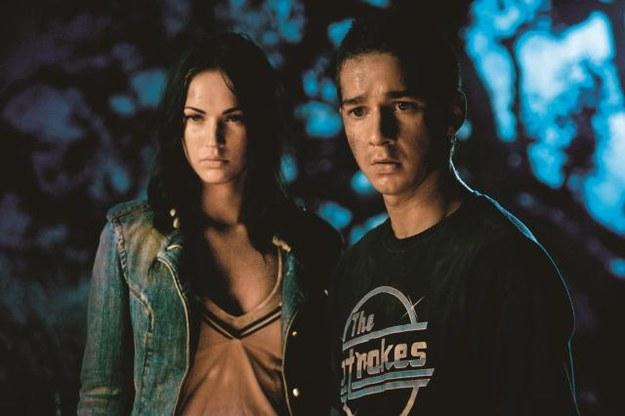 Piękna Mikaela (Megan Fox) dostaje się  w sam środek walki potężnych maszyn. /Mat. Prasowe
