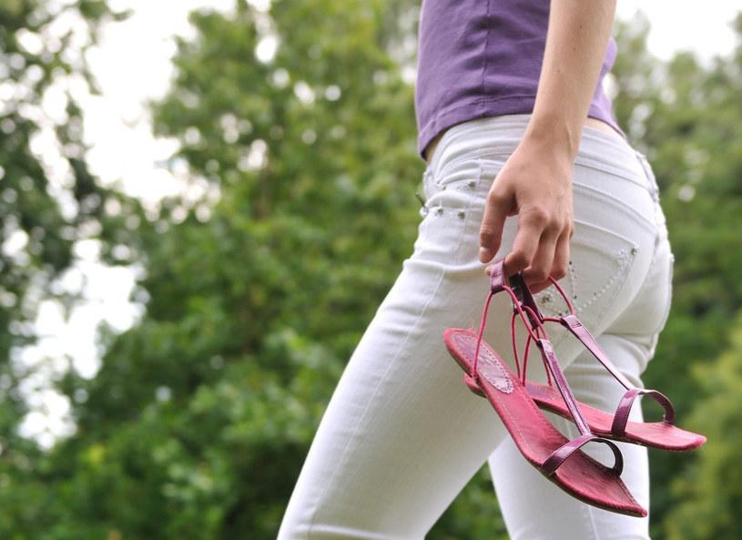 Piękna pogoda, spacer i... białe jeansy! /123RF/PICSEL