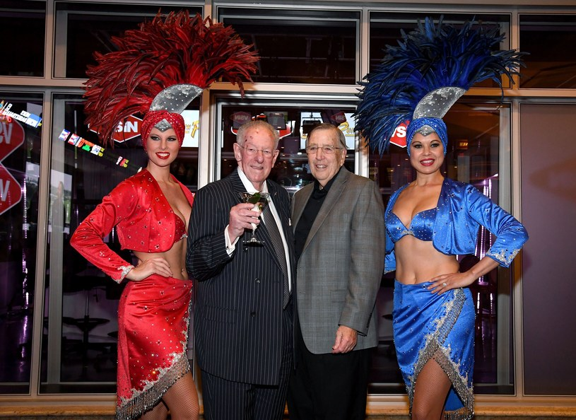 Piękne kobiety, były burmistrz Las Vegas Oscar Goodman (2. L) i Brent Musburger (3rd L) przed Super Bowl. /AFP