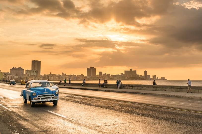 Piękne widoki, idealna pogoda i…  samochody retro. Czym jeszcze zachwyca Kuba? /123RF/PICSEL