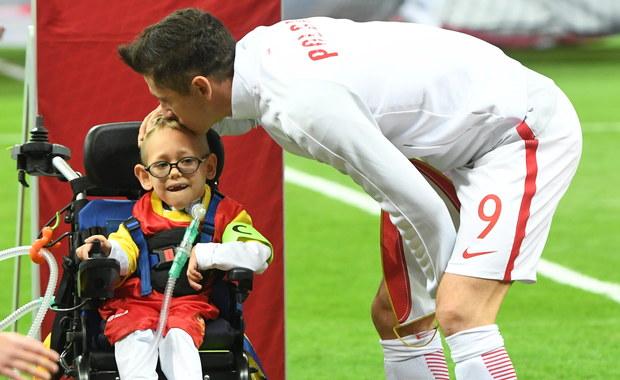 Piękny gest Roberta Lewandowskiego. Na boisko wszedł z chłopcem na wózku inwalidzkim