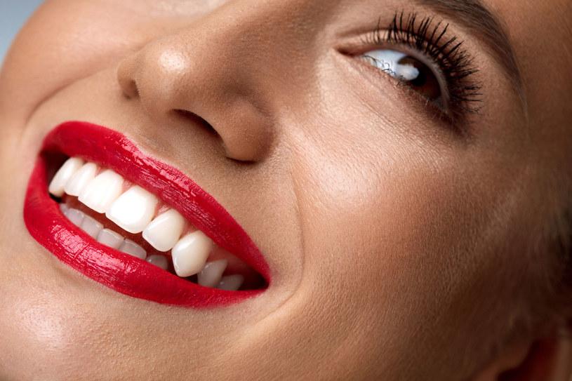 Piękny uśmiech to jeden z głównych czynników wpływających na atrakcyjność /123RF/PICSEL