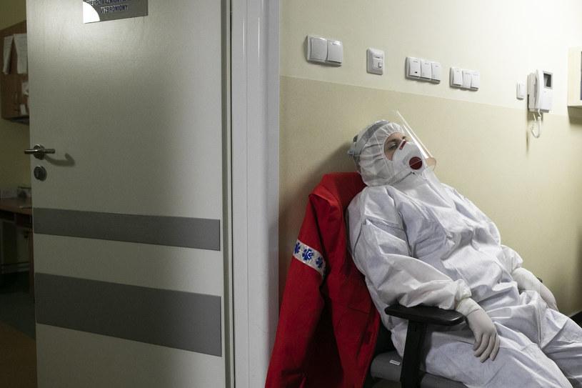 Pielęgniarka odpoczywająca podczas nocnego dyżuru /Jacek Szydłowski /Agencja FORUM