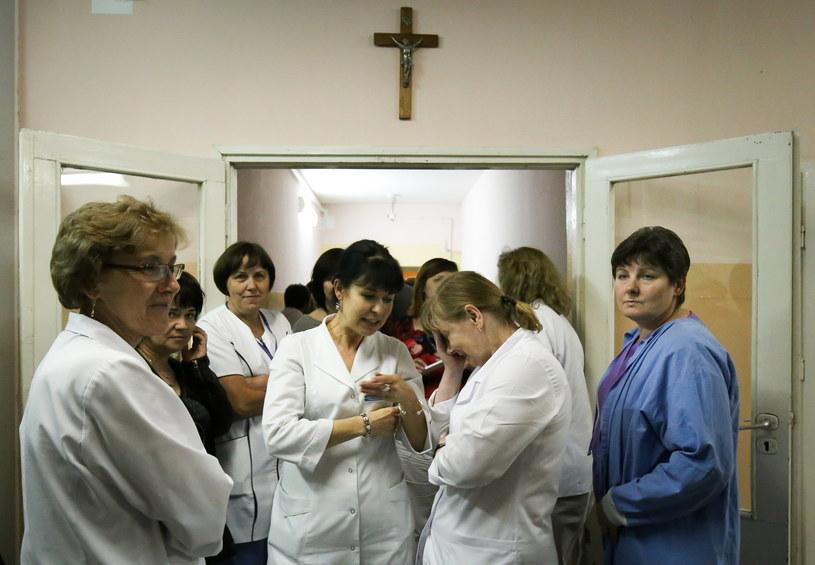 Pielęgniarki na korytarzu w szpitalu w Wyszkowie /Paweł Supernak /PAP