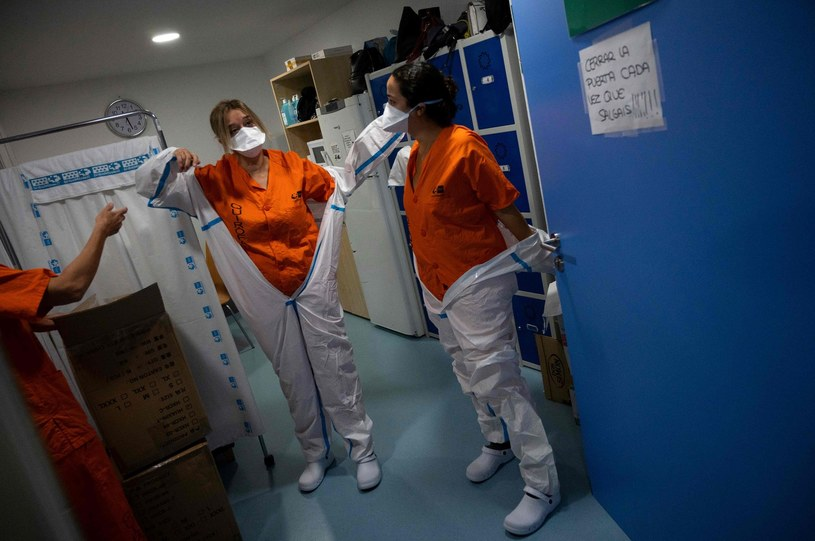 Pielęgniarki przebierają się w specjalne kombinezony w szpitalu w Leganes niedaleko Madrytu /AFP