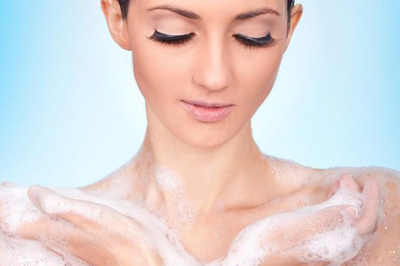 Pielęgnując całe ciało nie zapomnij o delikatnej skórze na szyi i dekolcie /123RF/PICSEL