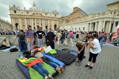 Pielgrzymi koczujący na Placu Św. Piotra