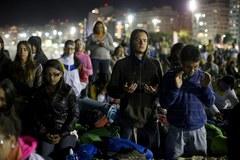 Pielgrzymi spędzili noc na plaży. Czekają na papieża