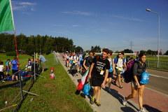 Pielgrzymi w drodzed na pola Campus Misericordiae w Brzegach