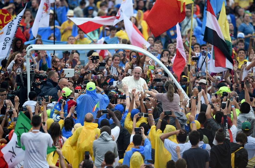 Pielgrzymi witają papieża Franciszka (C) na krakowskich Błoniach /Jacek Turczyk /PAP