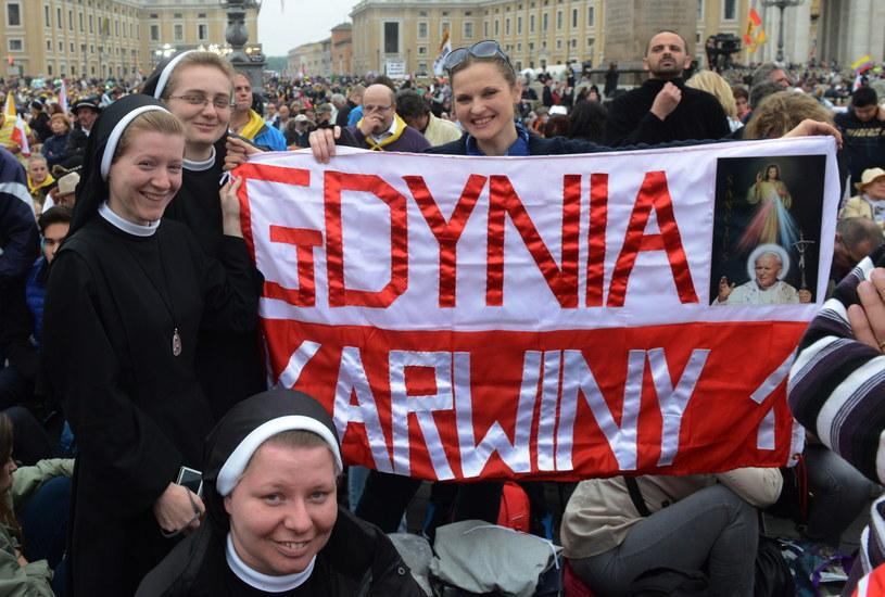 Pielgrzymi z Polski zgromadzeni przy Bazylice św. Piotra /Radek Pietruszka /PAP