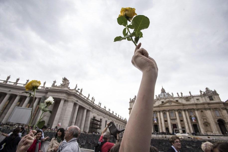 Pielgrzymi zabierają róże na pamiątkę /MASSIMO PERCOSSI /PAP/EPA