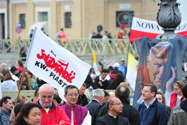 Pielgrzymi zebrani na placu św. Piotra /AFP