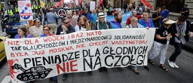 """""""Pieniądze dla głodnych, nie na czołgi"""". Marsz w Warszawie przeciwko NATO"""