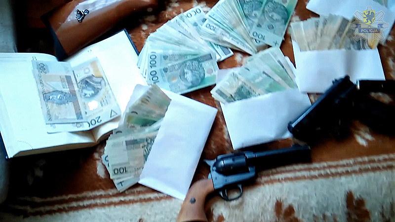 Pieniądze, marihuanę oraz broń znaleźli policjanci podczas przeszukania mieszkania jednego z podejrzanych. /Policja