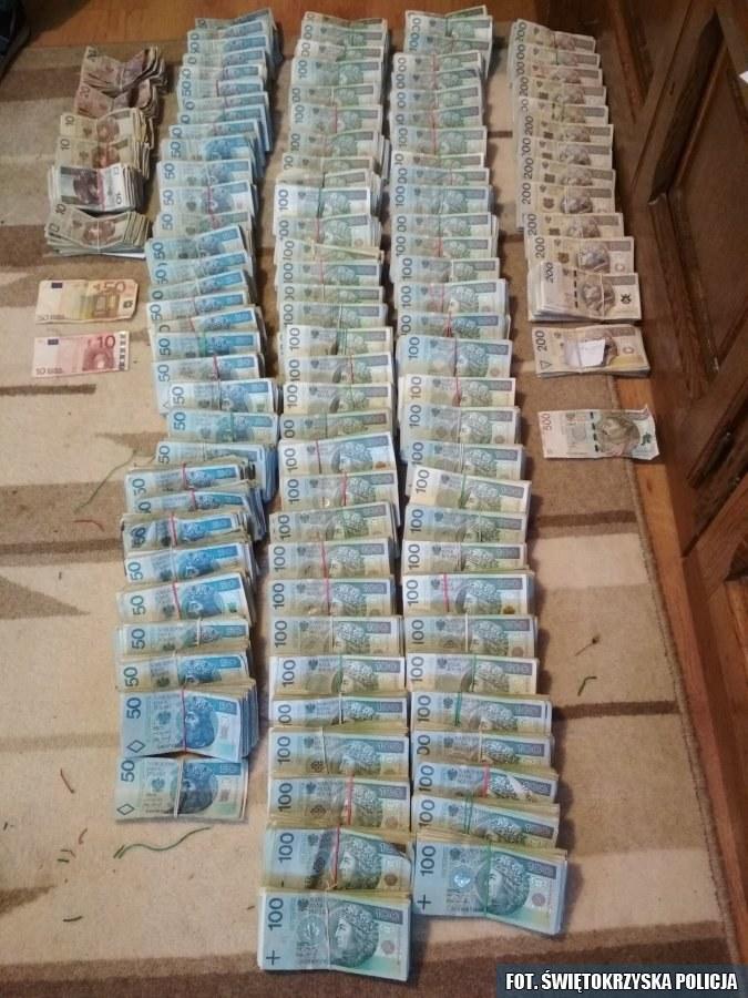 Pieniądze znalezione w mieszkaniu 73-latki /Policja