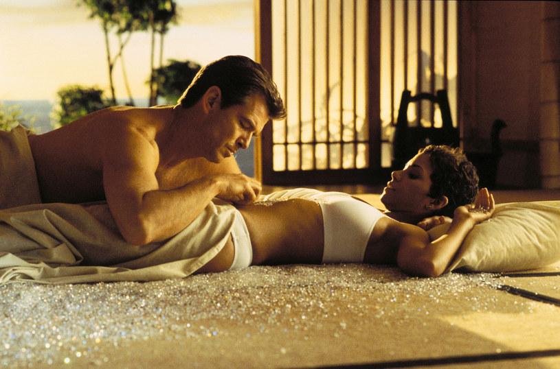 """Pierce Brosnan i Halle Berry w filmie """"Śmierć nadejdzie jutro"""" /East News /East News"""