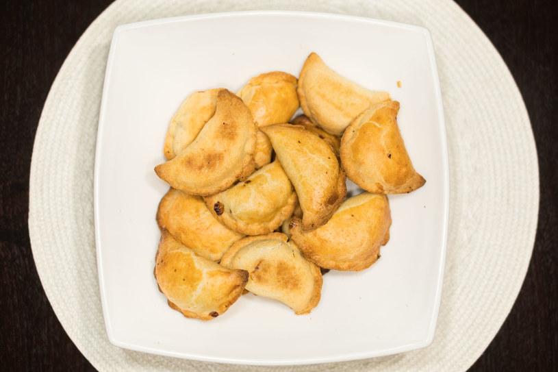 Pierogi z piekarnika z aromatycznym, mięsnym farszem /123RF/PICSEL
