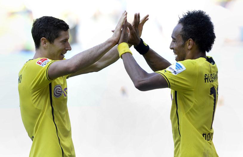 Pierre-Emerick Aubameyang dziękuje Robertowi Lewandowskiemu za asystę przy 3. golu dla Borussii /AFP