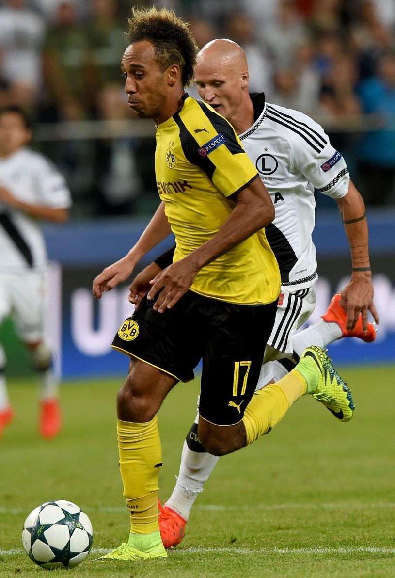 Pierre-Emerick Aubameyang i Jakub Czerwiński podczas meczu Legia - Borussia Dortmund. /AFP
