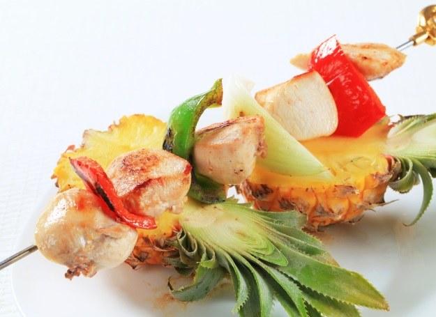 Pierś z kurczaka smakuje wybornie z ananasem /123RF/PICSEL