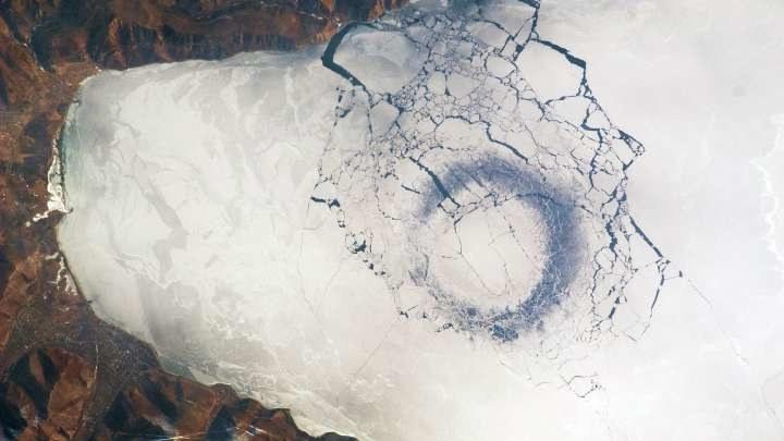 Pierścienie na Bajkale. Fot. NASA /materiały prasowe