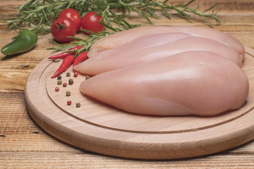 Piersi dobrej jakości kurczaka nie są przerośnięte, twarde, sine, a na ich powierzchni nie ma białych prążków /123RF/PICSEL