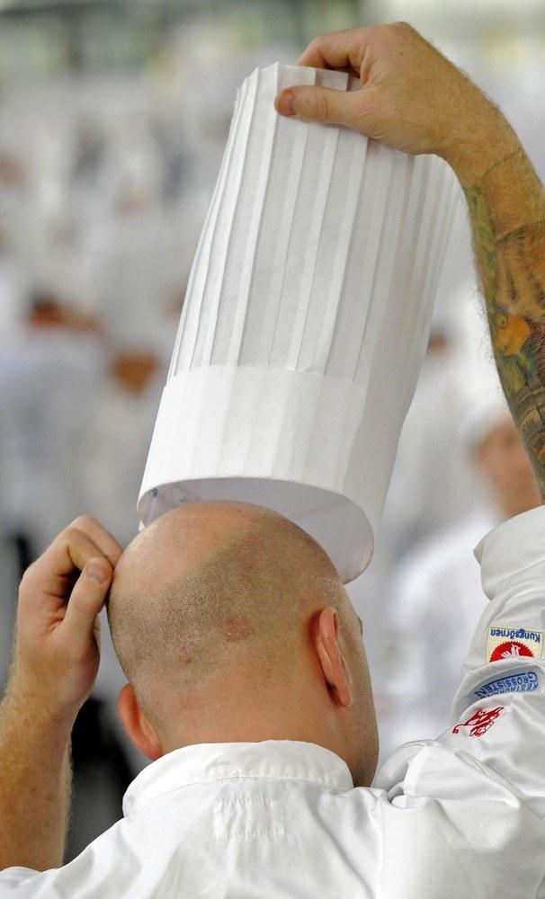 Pierwotna ilość zakładek na czapce kucharskiej symbolizowała liczbę sposobów, w jaki kucharz potrafi przyrządzić jajka. Escoffier znał ich ponad 600. Jego czapka miała symboliczne 100 zakładek - więcej się nie mieściło /East News
