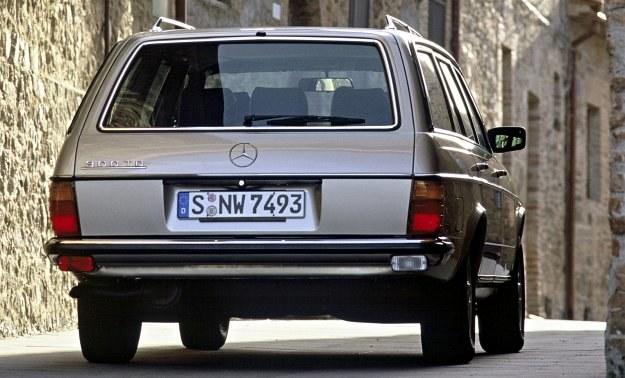 Pierwsza chyba na świecie wycieraczka szyby tylnej, której ramię obraca się o kąt 180°. Rozwiązanie to nie wymaga zmiany przy eksporcie pojazdu na rynek brytyjski. /Mercedes