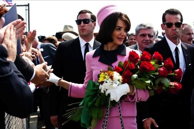 Pierwsza dama (Katie Holmes) ocieplała wizerunek prezydenta Kennedy'ego (Greg Kinnear). /materiały prasowe
