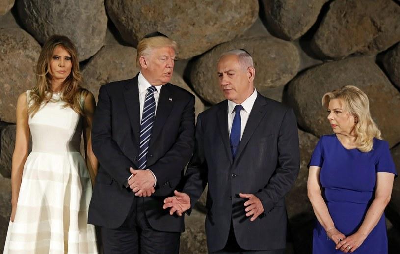 Pierwsza Dama USA Melania Trump, Prezydent USA Donald Trump, izraelski Premier Benjamin Netanyahu oraz jego żona Sara uczestniczą w ceremonii składania wieńca podczas wizyty w Instytucie Pamięci Męczenników i Bohaterów Holocaustu. /PAP/EPA