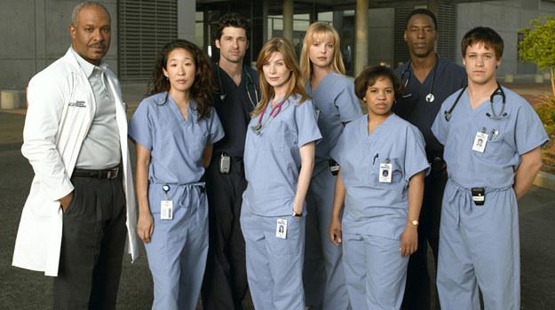 """Pierwsza ekipa """"Chirurgów"""". Rhimes skrupulatnie wybierała aktorów do serialu. Odtwórcy głównych ról bardzo szybko złapali ze sobą świetny kontakt i jak przyznają, do dziś są dla siebie jak rodzina. /materiały prasowe"""