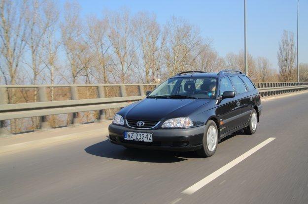 Pierwsza generacja Avensisa była jedynie trochę ładniejszą Cariną /