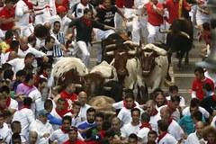 Pierwsza gonitwa z bykami w hiszpańskiej Pampelunie