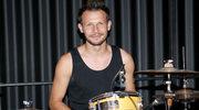 """""""Pierwsza miłość"""": Mateusz Banasiuk gra na perkusji w rockowym bandzie!"""