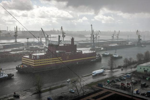 """Pierwsza na świecie pływająca elektrownia atomowa  """"Akademik Łomonosow"""" jest holowana przez Bałtyk do Murmańska /NIKOLAI GONTAR/GREENPEACE / HANDOUT /PAP/EPA"""