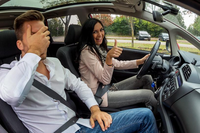 Pierwsza, podstawowa zasada brzmi: nie rozpraszaj uwagi kierowcy /123RF/PICSEL